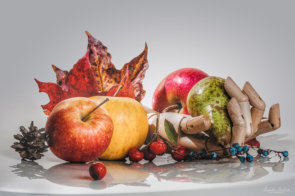 Apples and a hand of wood